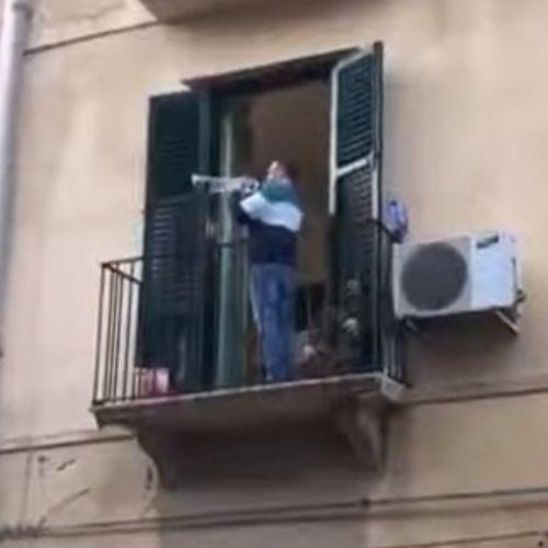 Afbeelding van Web Draait Door: Hoopvolle balkonmuziek